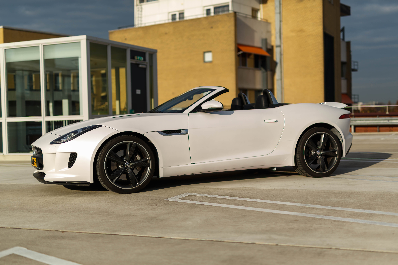 jaguar f type cabrio huur een witte cabrio als trouwauto. Black Bedroom Furniture Sets. Home Design Ideas